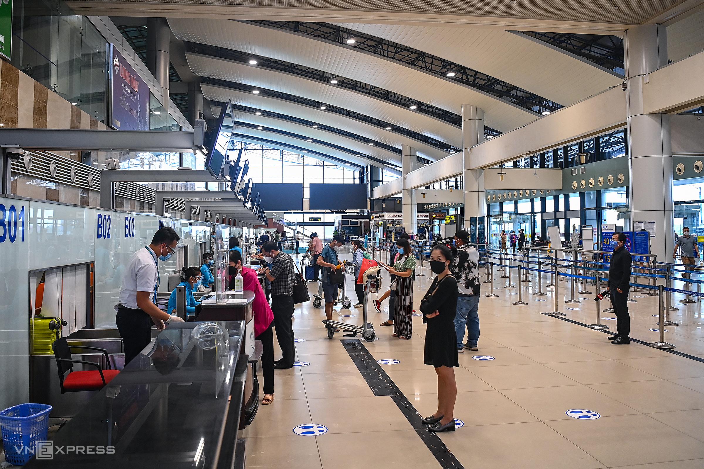 Hành khách làm thủ tục trước giờ lên máy bay tại nhà ga quốc nội sân bay Nội Bài, Hà Nội đi TP HCM, chiều 10/10. Ảnh: Giang Huy