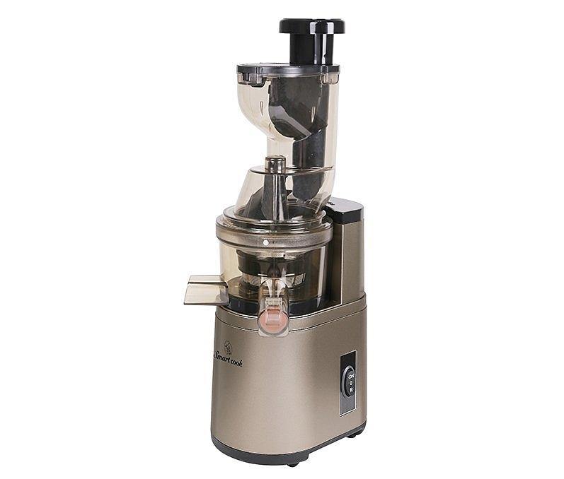 Máy ép trái cây Smartcook JES-3896 giúp ép sạch nước trong trái cây và vẫn giữ nguyên lượng vitamin. Thân cối làm từ nhựa, dung tích 1 lít. Lưới lọc được làm từ inox 304 với các lỗ thoát có đường kính chỉ 0,2mm giúp cho nước ép trở nên thật tinh khiết. Trục ép được làm từ nhựa có chiều dài 14 cm với 7 cấp độ ép khác nhau. Động cơ được quấn bằng đồng nguyên chất, công suất 180W, sử dụng điện 1 chiều, chạy êm và bền. Miệng tiếp nguyên liệu rộng nên nhiều loại trái cây không cần cắt nhỏ khi ép, miệng có nắp bảo vệ. Sản phẩm bảo hành 12 tháng, đang được ưu đãi 15% còn 1,69 triệu đồng, tặng thêm cốc giữ nhiệt Elmich 8013OL trị giá 350.000 đồng