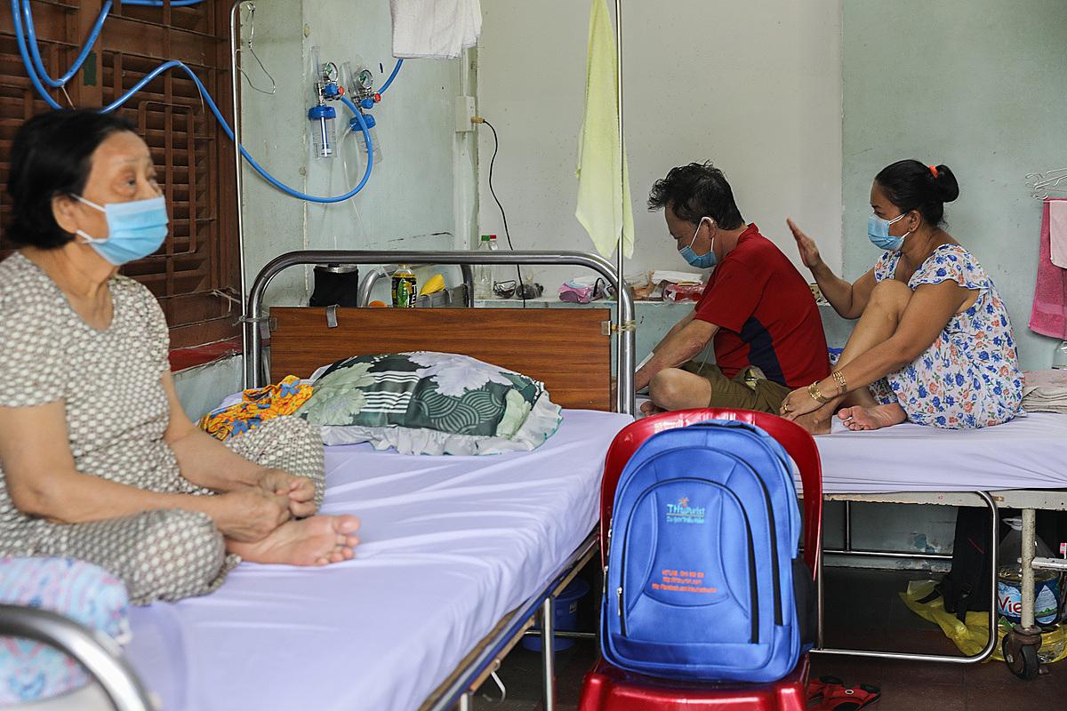 Việc những f0 đã khỏi bệnh chăm sóc bệnh nhân trong bệnh cũng giúp giảm tải công việc cho các bác sĩ. Ảnh: Quỳnh Trần.