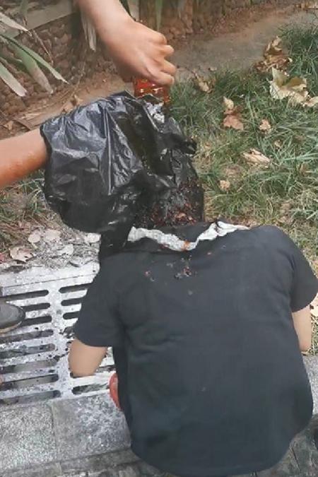 Một  streamer thua cuộc bị đổ tương ớt lên đầu tại cầu Quất Tử Châu, thành phố Trường Sa, tỉnh Hồ Nam. Ảnh: Peoples Daily