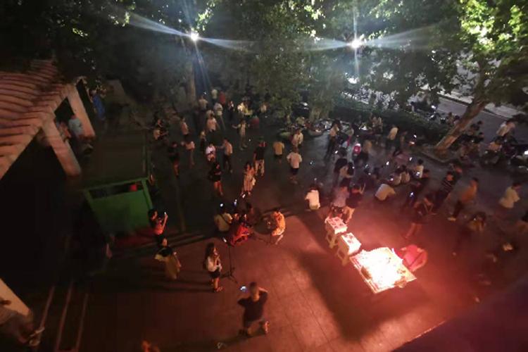Vào ban đêm ở những quảng trường rộng lớn tại khu thương mại Ngũ Nhất nằm ở thành phố Trường Sa, những đám đông streamer vẫn hoạt động.