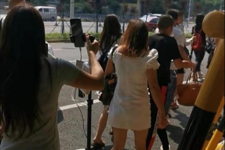 Hàng chục streamer chạy tán loạn khi bị lực lượng chức năng đuổi khỏi cây cầu Quất Tử Châu, thành phố Trường Sa, tỉnh Hồ Nam. Ảnh: Peoples Daily