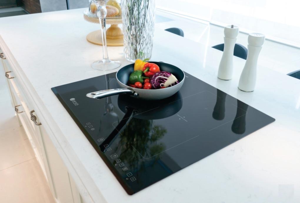 Bếp ba hỗn hợp Elmich ICE-3494 thiết kế âm bàn giúp gian bếp thêm đẹp mắt. Mặt bếp sử dụng mặt kính Schott-ceran của Đức. Cảm biến hồng ngoại giúp thao tác điều khiển dễ dàng, chính xác hơn. Chức năng hẹn giờ, khóa phím trẻ em tiện ích. Bếp có thể tự nhận diện nồi giúp tiết kiệt năng lượng và thời gian nấu nướng. Cảnh báo dư nhiệt giúp đảm bảo độ bền cho bếp và dụng cụ nấu với khoảng nhiệt an toàn khi sử dụng. Mặt bếp hồng ngoại ba vùng nấu với nhiều kích thước nồi khác nhau.