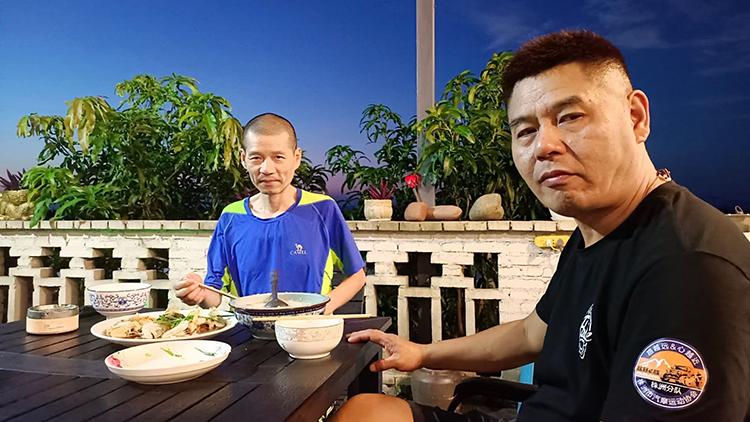Hà Tương Mân và  người bạn ung thư Lương Thành ở nhờ một khách sạn tại thành phố Đông Hưng, tỉnh Quảng Tây những ngày tránh bão, tháng 10/2021. Ảnh: bjnew.com