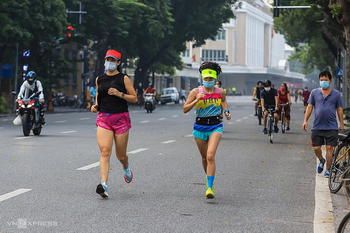 Người dân tập thể dục tại hồ Gươm sáng 28/9 sau Hà Nội cho phép người dân được hoạt động thể dục thể thao ngoài trời, nhưng không quá 10 người. Ảnh: Giang Huy