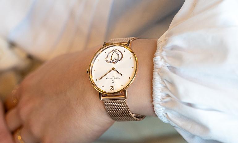 Đồng hồ nữ Pierre Cardin CBV.1040, thiết kế hai kim, mặt tròn đường kính 39mm, phủ kính khoáng cứng, chịu lực, chống trày xước. Dây bằng thép không gỉ.  Kiểu máy Quartz. Máy pin thép không gỉ. Khả năng chống nước 3 ATM.  Sản phẩm bảo hành 2 năm toàn cầu, đang được giảm giá 50% còn 2,05 triệu đồng.