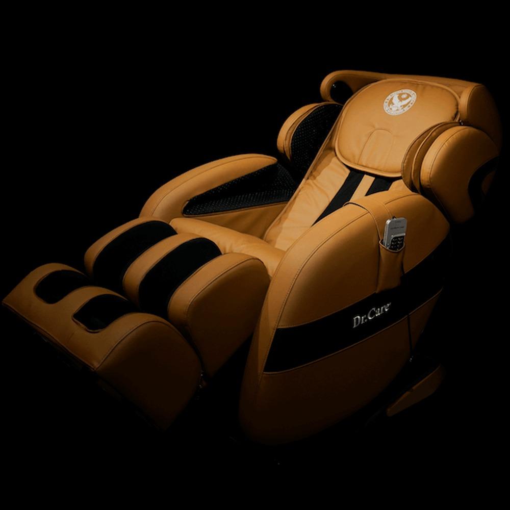 Ghế massage Dr.Care Xreal MC912 màu nâu giảm 50% còn 42 triệu đồng; khối lượng 108 kg, kích thước 175 x 75 x 87 cm; thiết kế theo mẫu ghế dành cho phi hành gia, cung cấp chế độ massage 4 chiều, trang bị hệ thống con lăn, túi khí xoa bóp, đấm bóp di chuyển từ đỉnh đầu đến bên dưới vùng mông đùi theo hình chữ L và bấm huyệt lòng bàn chân. Ngoài massage, ghế có chức năng xông nóng kiểu spa lan tỏa toàn thân.Ghế kết nối không dây với dàn âm thanh Hi-Fi hiện đại giúp nâng cao khả năng thư giãn. Các chế độ massage có thể điều khiển bằng remote hoặc qua app trên điện thoại với phiên bản tiếng Việt.