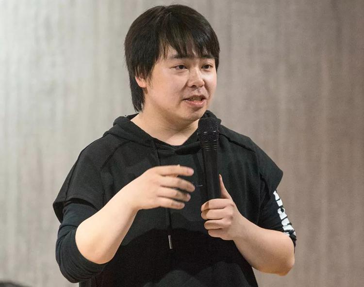 Nhà văn Lý Thượng Long của Trung Quốc trong một bài phát biểu về định hướng cho người trẻ tại một diễn đàn ở Bắc Kinh năm 2020. Ảnh: 163.com