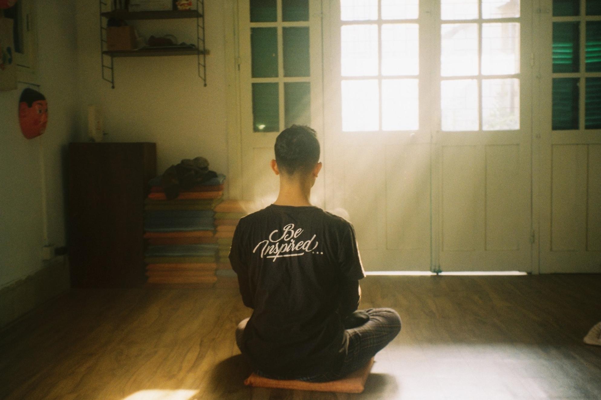 Thiền là hoạt động được nhiều bạn trẻ tìm đến trong những năm gần đây. Ảnh: Justin Nguyen.