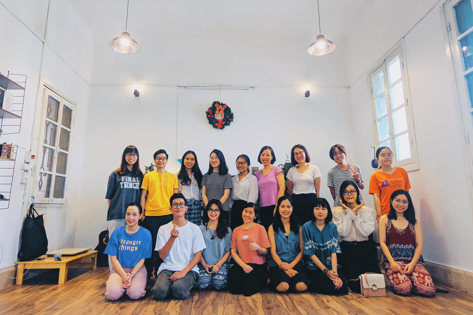 Huynh Nguyễn (áo trắng, hàng đầu) cùng các học viên trong một lớp thiền trước giãn cách. Ảnh: NVCC